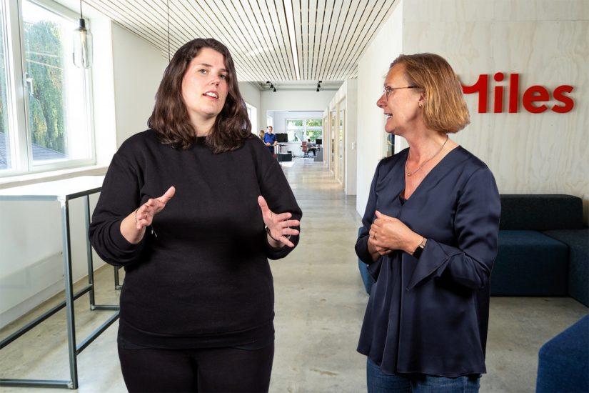 Caroline Gannefors og Kate Henriksen i Miles sin UX-avdeling i Bergen