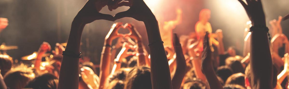Gruppe hender som former hjerter