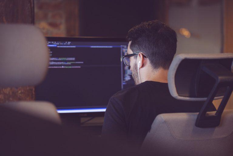 Bilde av utvikler som jobber med kode