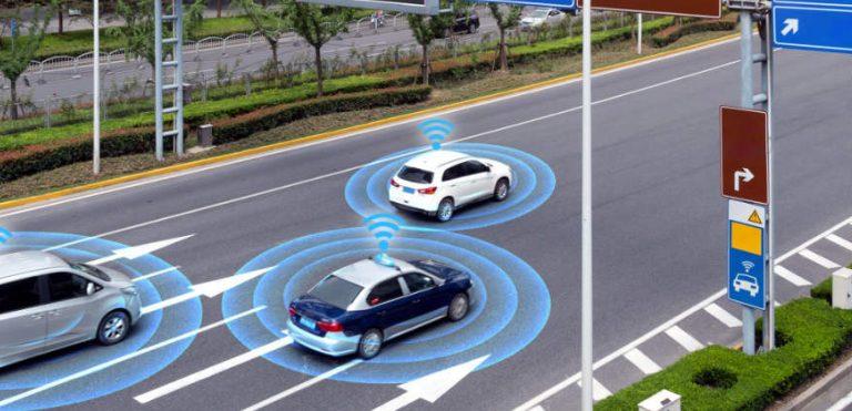 Illustrasjonsbilde med sensorstyrte biler på motorveien
