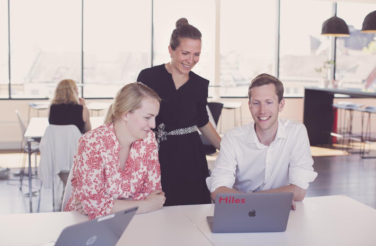Smidig diskusjon blant konsulenter fra Oslo-kontoret