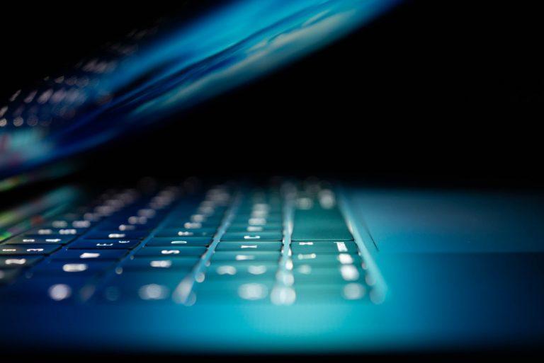 Bilde av laptop I dunkel belysning