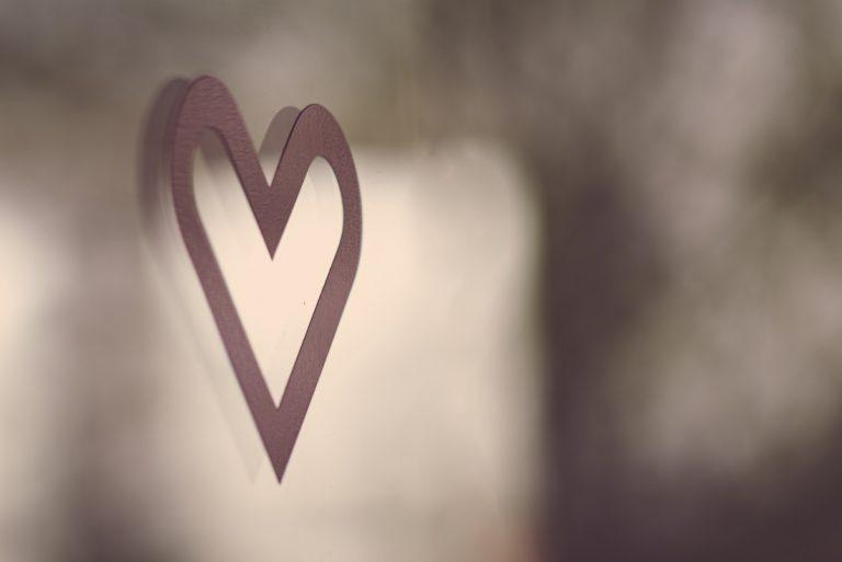 Bilde av et rødt hjerte på kontordøren til Miles Stavanger