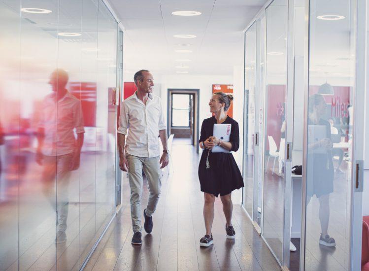 Bilde av Jørgen og Anne i gangen på kontoret ved Bislett