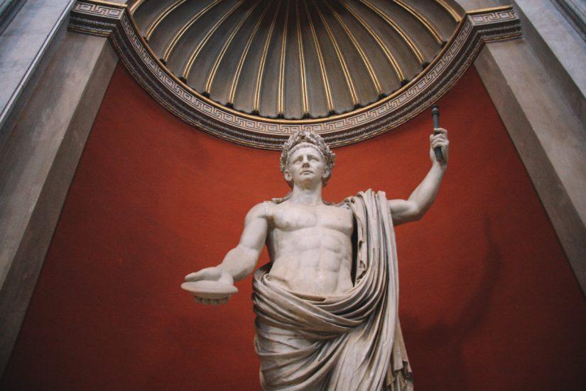 Miles Advenstnøtt vanskelig - Bilde av statue som portretterer Caesar  Photo by iam_os on Unsplash
