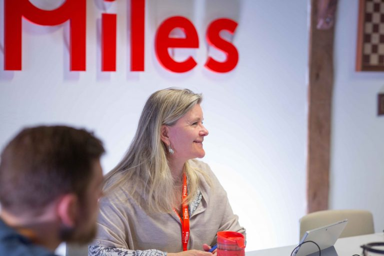 Susanne Thornes og Stig Rune diskuterer på Stavangerkontoret