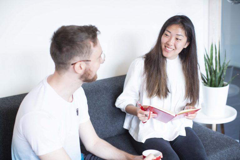 Sofaprat med utviklere Elisabeth og Thomas