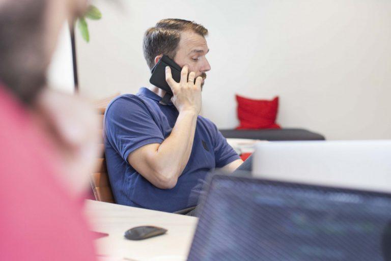 Jan Frode som prater i telefon