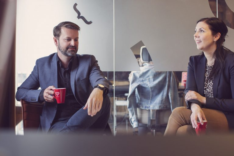 Thomas og Hildegunn har kaffeprat på kontoret